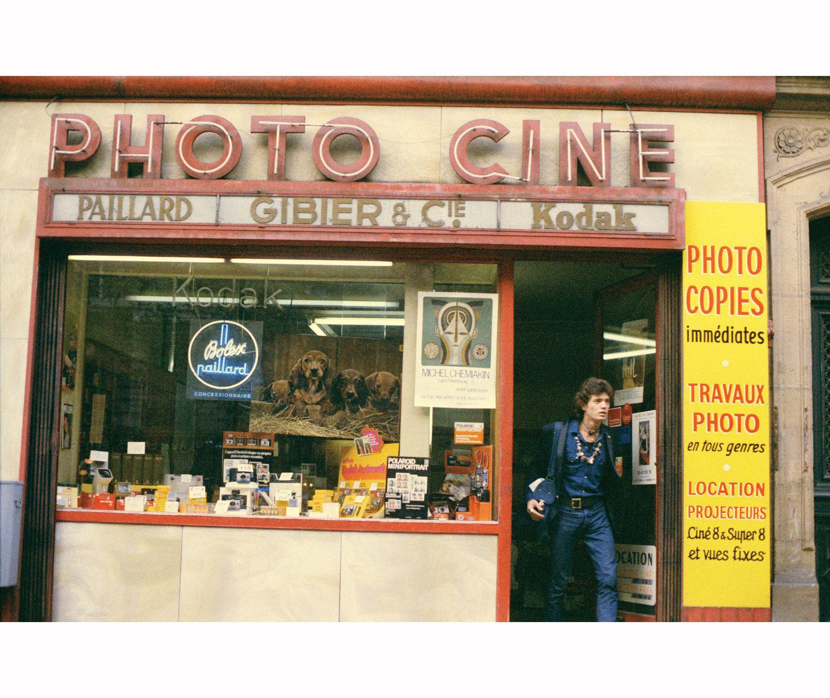 robert-mapplethorpe-on-the-boulevard-saint-germain-paris-1971-c2a9-peter-schlesinger.jpg