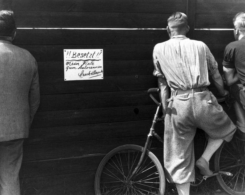 Fotó: Glass Zoltán: Nem fizető nézők leskelődnek a kerítésen át, 1932 © Zoltan Glass/National Media Museum/SSPL