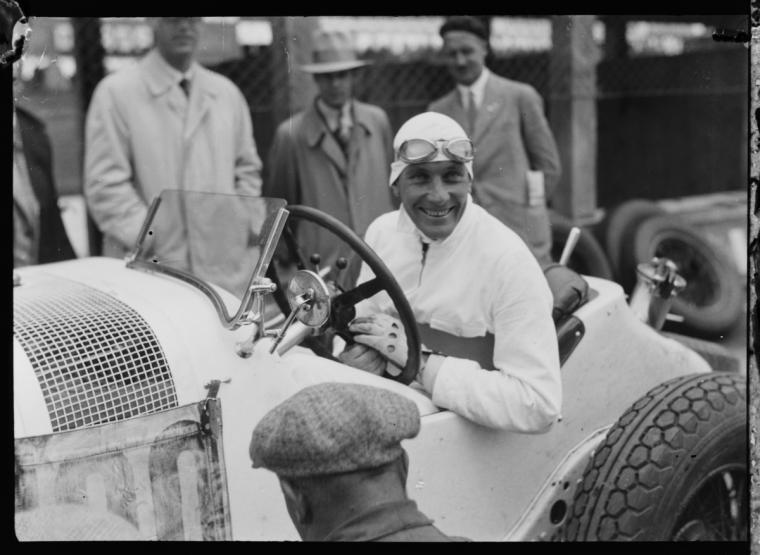 Fotó: Glass Zoltán: Hans Stuck egy Mercedes-Benz SSZ versenyautóban, Német Nagydíj, 1931 © Zoltan Glass/National Media Museum/SSPL