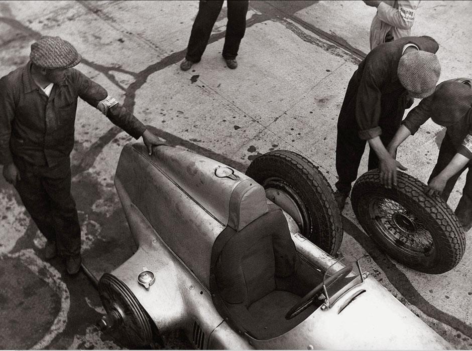 Fotó: Glass Zoltán: A Mercedes-Benz W 25-ös versenyautó kerékcseréje az 1934-es Német Nagydíjon © Zoltan Glass/National Media Museum/SSPL