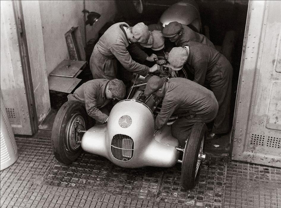 Fotó: Glass Zoltán: Szerelők dolgoznak a Mercedes-Benz W 25-ön, Avus, 1935 © Zoltan Glass/National Media Museum/SSPL