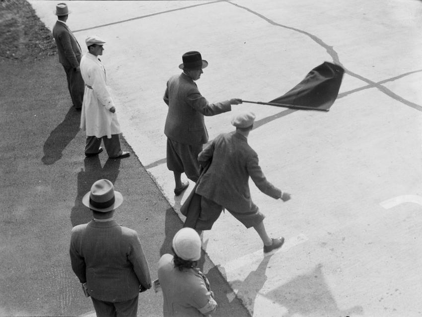 Fotó: Glass Zoltán: A Mercedes csapatvezetője Alfred Neubauer zászlóval a kezében © Zoltan Glass/National Media Museum/SSPL