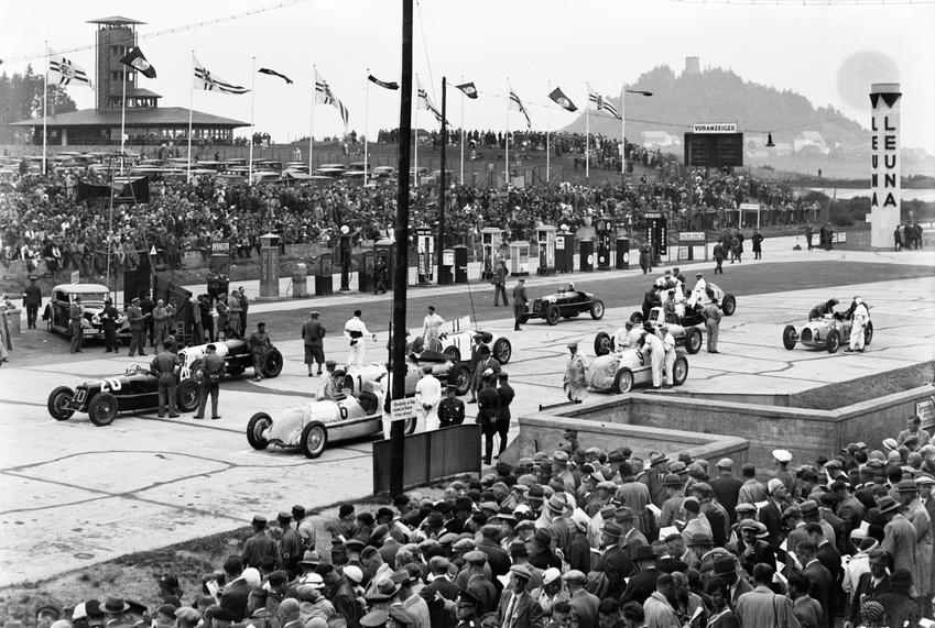 Fotó: Glass Zoltán: A Német Nagydíj rajtja előtt, Nürburgring, 1934 © Zoltan Glass/National Media Museum/SSPL