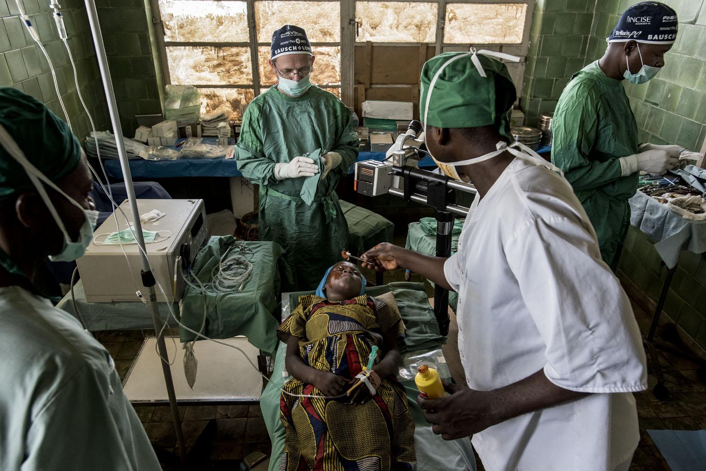 Fotó: Hajdú D. András: A szürkehályog-műtét szemenként 15 percet vesz igénybe. Mbedji kettős műtétje - ami visszaadta a látását - mindössze félóráig tartott.