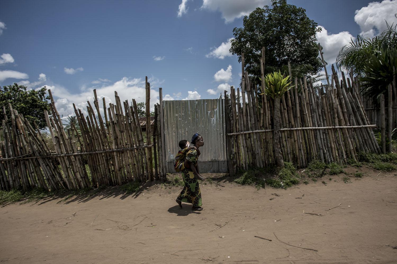 Fotó: Hajdú D. András: A családot Mbedji édesapja elhagyta, így a nagymama cipelte a világtalan kislányt a három napos úton Koléba, keresztül az esőerdőn.