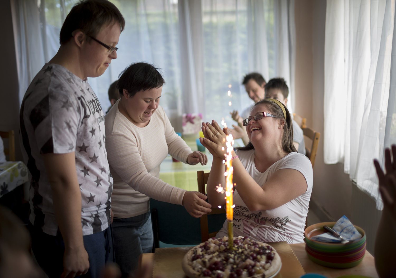Fotó: Mohai Balázs: Együtt szép, 2015-2017<br />Szandi tortáját Tamás készítette. A születésnapok igazi ünnepek a közösségükben.