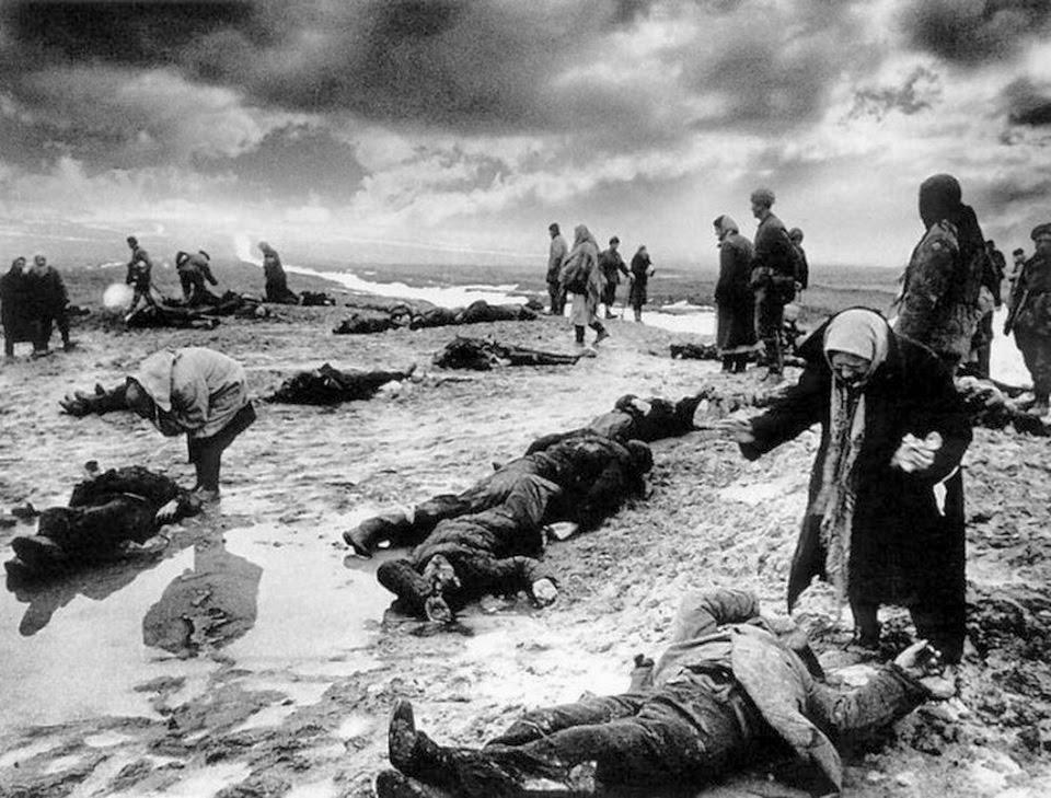 Fotó: Dmitrij Baltermanc: Bánat, Kercs, 1942. február © Dmitrij Baltermanc<br /><br />1941. október végén rendkívül véres harcok után a Krím-félsziget a németek kezére került, akik elfoglalták - többek között - Kercs várost is. Sztálin 1942. január 10-én ellentámadást rendelt el a leningrádi és a Kercs körüli német hadállások ellen. A harcok rengeteg polgári áldozatot is követeltek. 1942 tavaszán a hóolvadás felfedte a csatában elesettek holttesteit, amelyek között a Krím-félszigeti Kercs város lakosai családtagjaik holttesteit keresték. Dmitrij Baltermanc fotográfus a háború sújtotta Krím-félszigeten utazva örökítette meg ezt a szívszorító jelenetet.