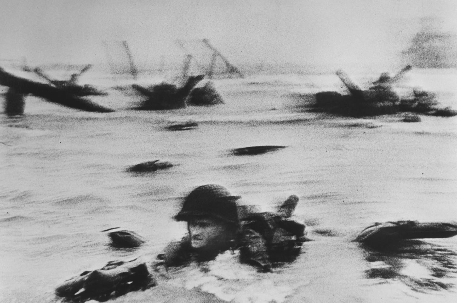<br />Fotó: Robert Capa: Normandia. D-DAY, 1944. június 6. © Robert Capa © International Center of Photography<br /><br />Egy technikai malőr következtében csak kis töredéke maradt ránk annak az ikonikus fotósorozatnak, ami a normandiai partraszállást dokumentálta. Robert Capát a Life magazin kérte fel, hogy örökítse meg az amerikai hadsereg Európára mért első nagy csapását, ami végül nagy részben befolyásolta a második világháború kimenetelét.