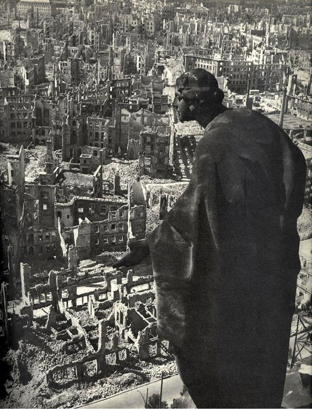 """Fotó: Richard Peter: """"Kilátás a drezdai városháza tornyából dél felé"""", 1946. január 1.<br /><br />A szövetségesek 1945. február 13–15. között négy hullámban bombázták Drezdát.  A következményekről természetesen ezrével készültek fotók, ám egyik sem olyan híres, mint Richard Peter 1946. január 1-jén készített felvétele."""