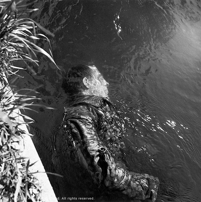 Fotó: Lee Miller: SS őr holtteste egy csatornában, Dachau, Németország, 1945. © Lee Miller Archives England <br /><br />A Vogue címlaplány Lee Miller 1942-ben vonult be haditudósítónak.
