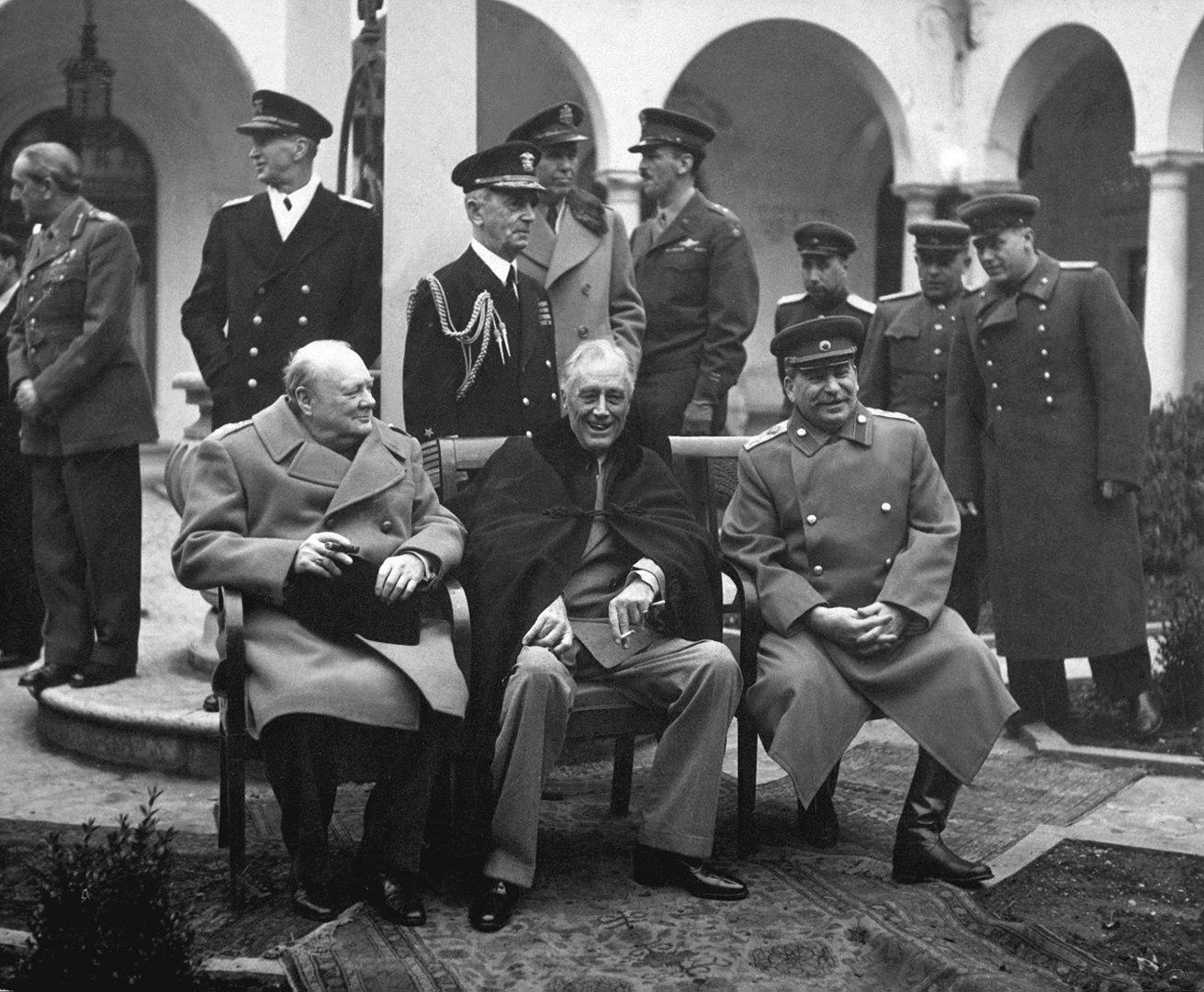 Fotó: Churchill, Roosevelt és Sztálin a konferencián. Andrew Cunningham, a brit flotta admirálisa és Charles Portal, a RAF marsallja Churchill mögött áll, William D. Leahy, az amerikai haditengerészet admirálisa pedig Roosevelt mögött<br /><br />A jaltai konferencia (kódnevén Argonauta konferencia) 1945. február 4. és február 11. között zajlott le a szövetséges államok vezetői között. Sorrendben ez volt a második találkozó a három nagyhatalom, az Amerikai Egyesült Államok, Egyesült Királyság és a Szovjetunió vezetői között a háború folyamán. Országaikat Franklin D. Roosevelt, Winston Churchill és Joszif Visszarionovics Sztálin képviselte.