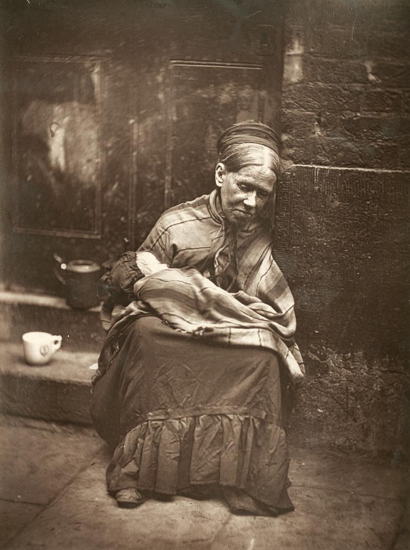 Fotó: John Thomson: Szegény asszony gyermekével, London, 1877 © Hulton Archive/Getty Images