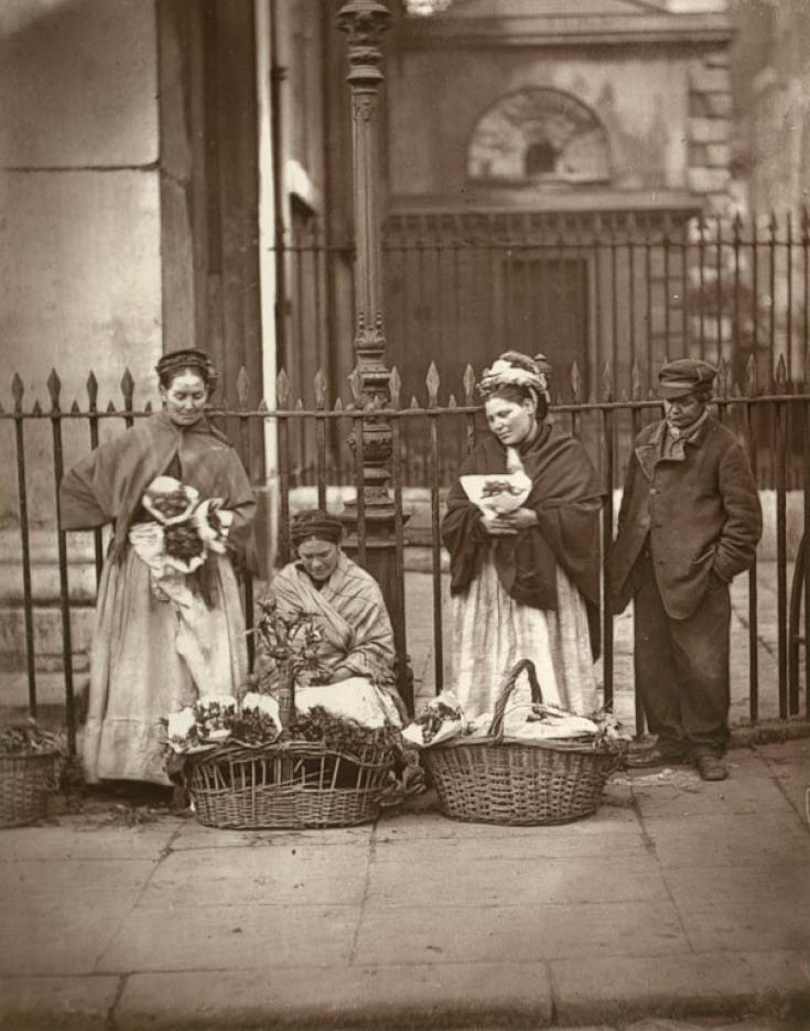 Fotó: John Thomson: Virágárus nők, London, 1877 © Hulton Archive/Getty Images