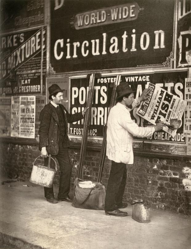 Fotó: John Thomson: Plakátragasztók, London, 1877 © Hulton Archive/Getty Images