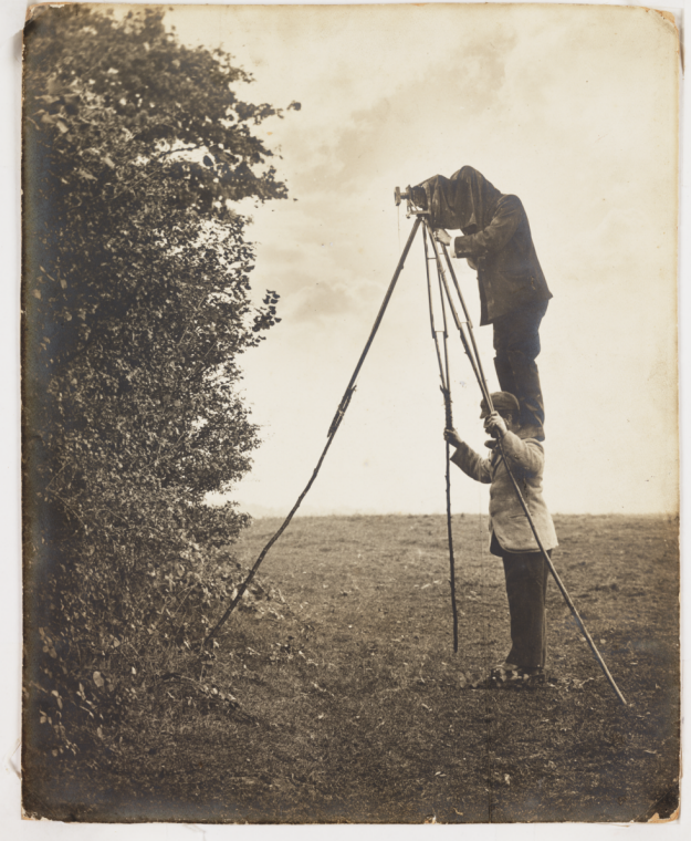 richard_and_cherry_kearton_taking_a_photograph_of_a_bird_s_nest.PNG