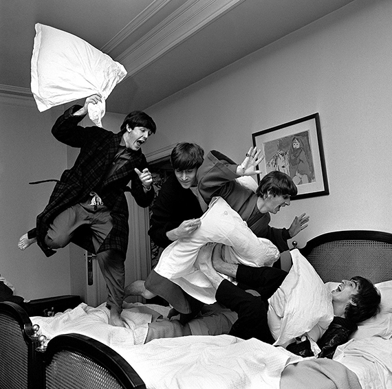 Fotó: Harry Benson<br />'Pillow fight'. 3 a.m. George V Hotel. Paris<br />1964<br />© Harry Benson/ Courtesy Staley-Wise Gallery, New York