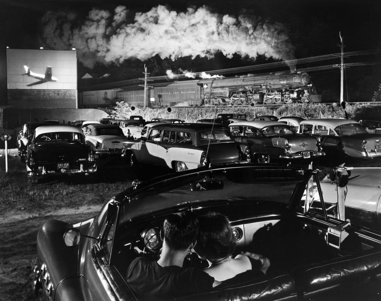 Fotó: O. Winston Link: Hot Shot Eastbound, at the Iaeger Drive-In. W.V. Iaeger, West Virginia, Aug. 2, 1956 © O. Winston Link / O. Winston Link Museum, Roanoke, Virginia