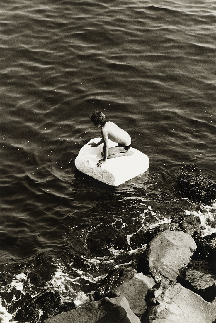 Boy on Raft<br />1978<br />Peter Hujar<br />Tirage gélatino-argentique, The Morgan Library & Museum, achat grâce au achat en 2013 grâce au Charina Endowment Fund<br />© Peter Hujar Archive, LLC, courtesy Pace/MacGill Gallery, New York and Fraenkel Gallery, San Francisco