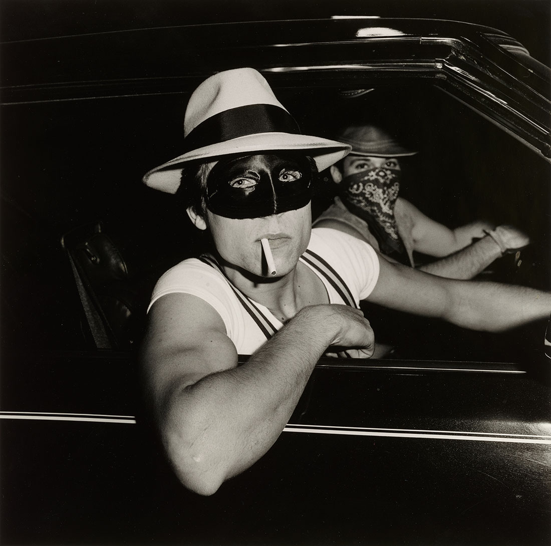 Boys in Car, Halloween<br />1978<br />Peter Hujar<br />Tirage gélatino-argentique, Collection of John Erdman and Gary Schneider<br />© Peter Hujar Archive, LLC, courtesy Pace/MacGill Gallery, New York and Fraenkel Gallery, San Francisco