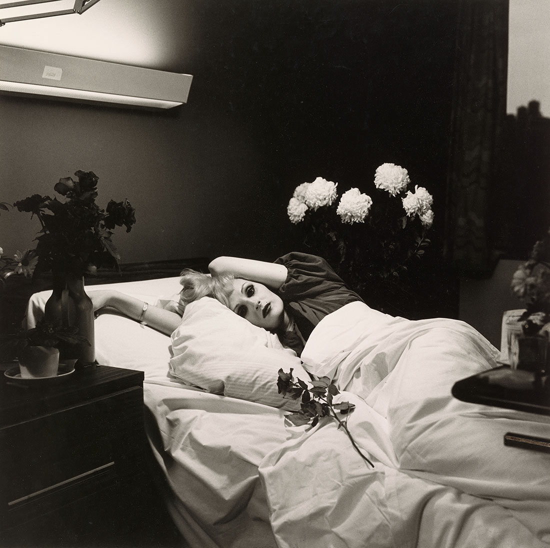 Candy Darling on her Deathbed<br />1973<br />Peter Hujar<br />Tirage gélatino-argentique, Collection of Ronay and Richard Menschel<br />© Peter Hujar Archive, LLC, courtesy Pace/MacGill Gallery, New York and Fraenkel Gallery, San Francisco
