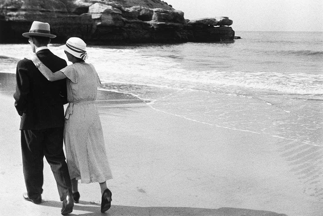 Fotó: Couple sur la plage, Royan<br />1932<br />René-Jacques<br />© ministère de la Culture /Médiathèque de l'architecture et du patrimoine / Donation René-Jacques