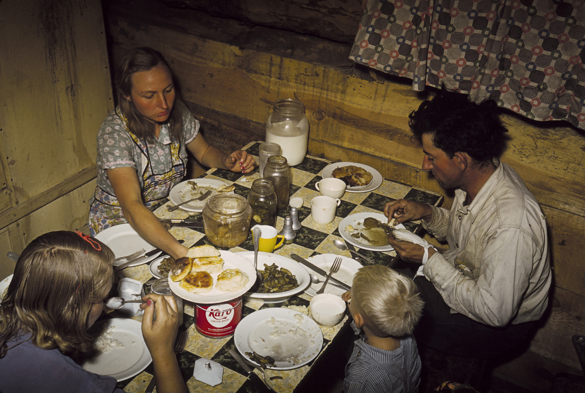 Fotó: Russell Lee: The Faro Caudill Family Eating Dinner in Their Dugout, Pie Town, New Mexico, 1940 Courtesy The Library of Congress Prints and Photographs Division
