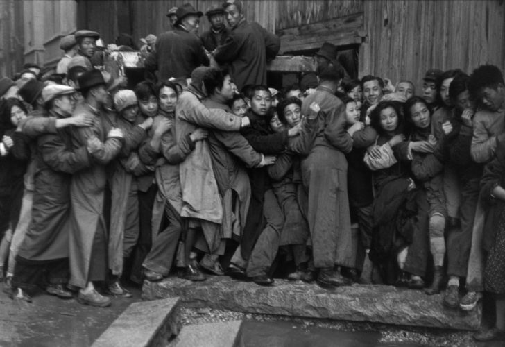 Fotó: Henri Cartier-Bresson: Gold Rush. At the end of the day, scrambles in front of a bank to buy gold. The last days of Kuomintang, Shanghai, 23 December 1948. © Fondation Henri Cartier-Bresson / Magnum Photos