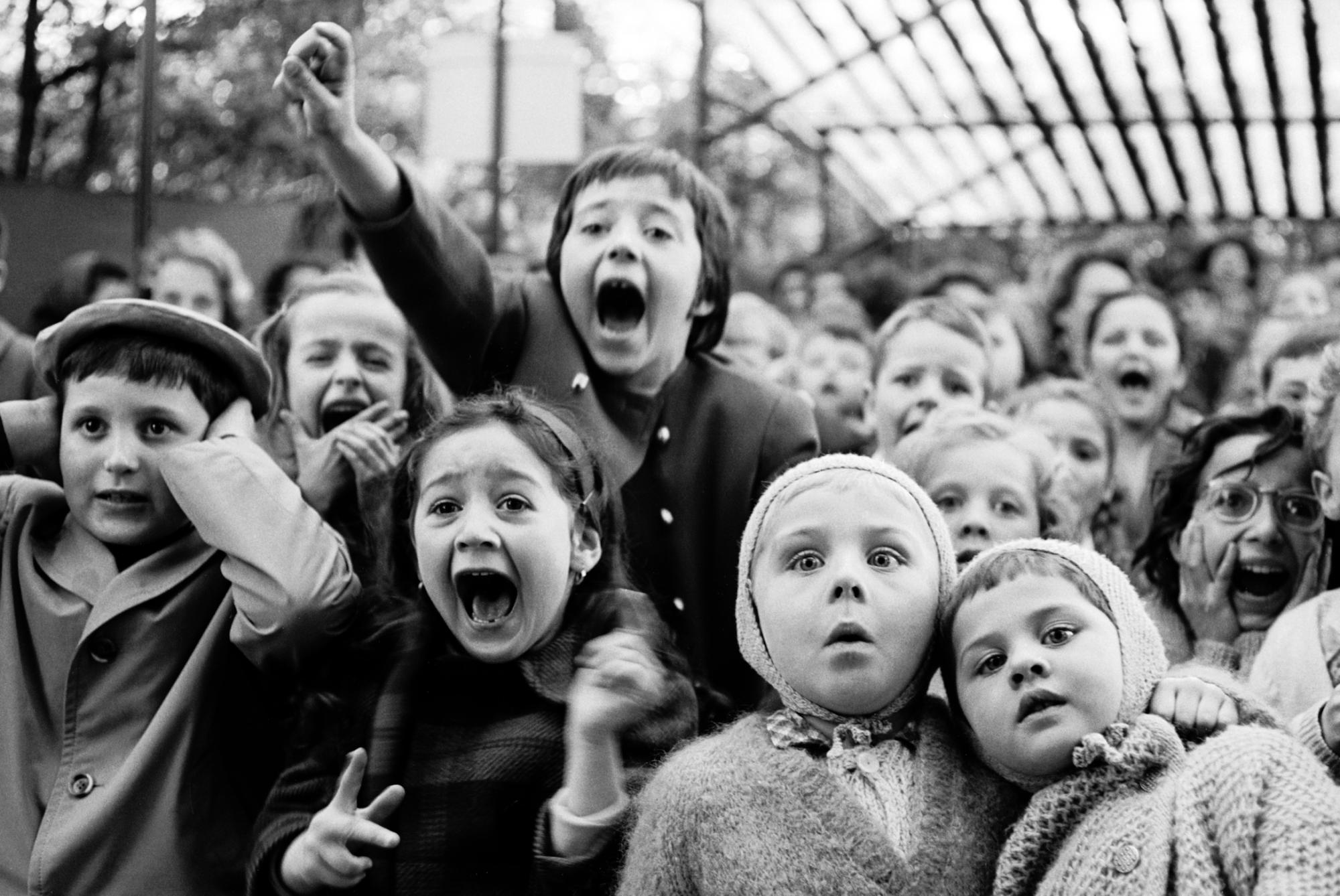 Fotó: Alfred Eisenstaedt: Gyerekek a bábszínházban, Párizs, 1963 © Time & Life Pictures/Getty Images