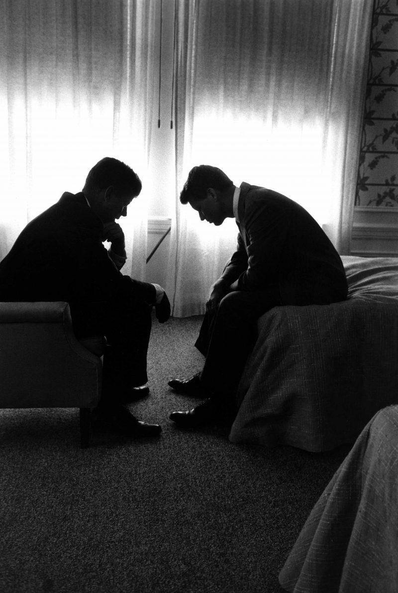 Fotó: Hank Walker: John F. Kennedy és testvére, Robert, Hotel Biltmore, Los Angeles, USA, 1960 © Time & Life Pictures/Getty Images