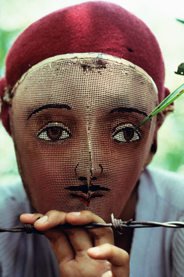 Fotó: Susan Meiselas: Traditional Indian dance mask from the town of Monimbó, adopted by the rebels during the fight against Somoza to conceal identity, Nicaragua, 1978<br />© Susan Meiselas / Magnum Photos