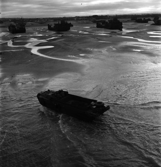 Fotó: Lee Miller: View of the landing craft, Normandy Beach, France<br />© Lee Miller Archives, England 2019. All rights reserved. leemiller.co.uk