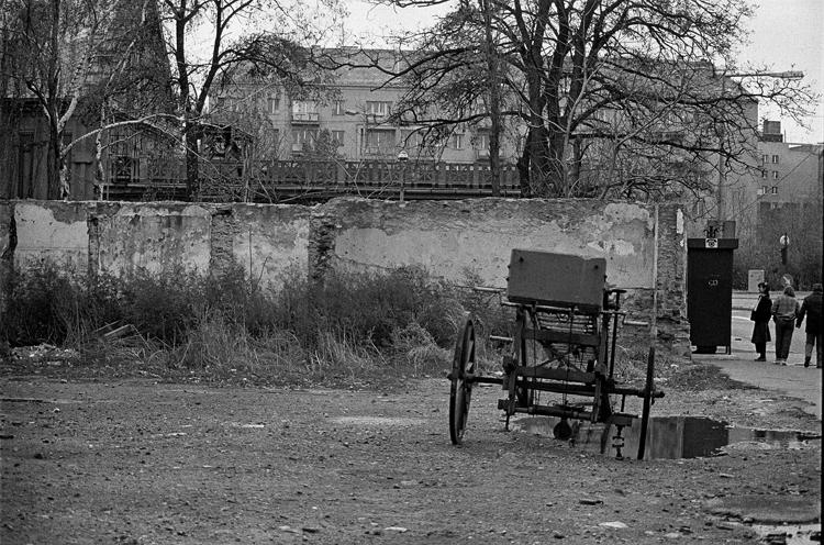Fotó: Schäffer Zsuzsa: Kerekes létra Óbudán, Budapest, 1984-1985 © Schäffer Zsuzsa
