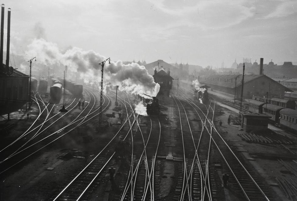 Fotó: Kotnyek Antal: Nyugati pályaudvar a Ferdinánd (Élmunkás) hídról nézve, 1955 © Fortepan
