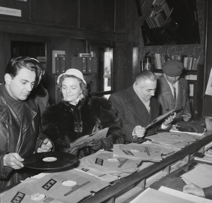 Fotó: Kotnyek Antal: Teréz körút 23. (Lenin körút 77.), Ravill hanglemezbolt, 1959 © Fortepan