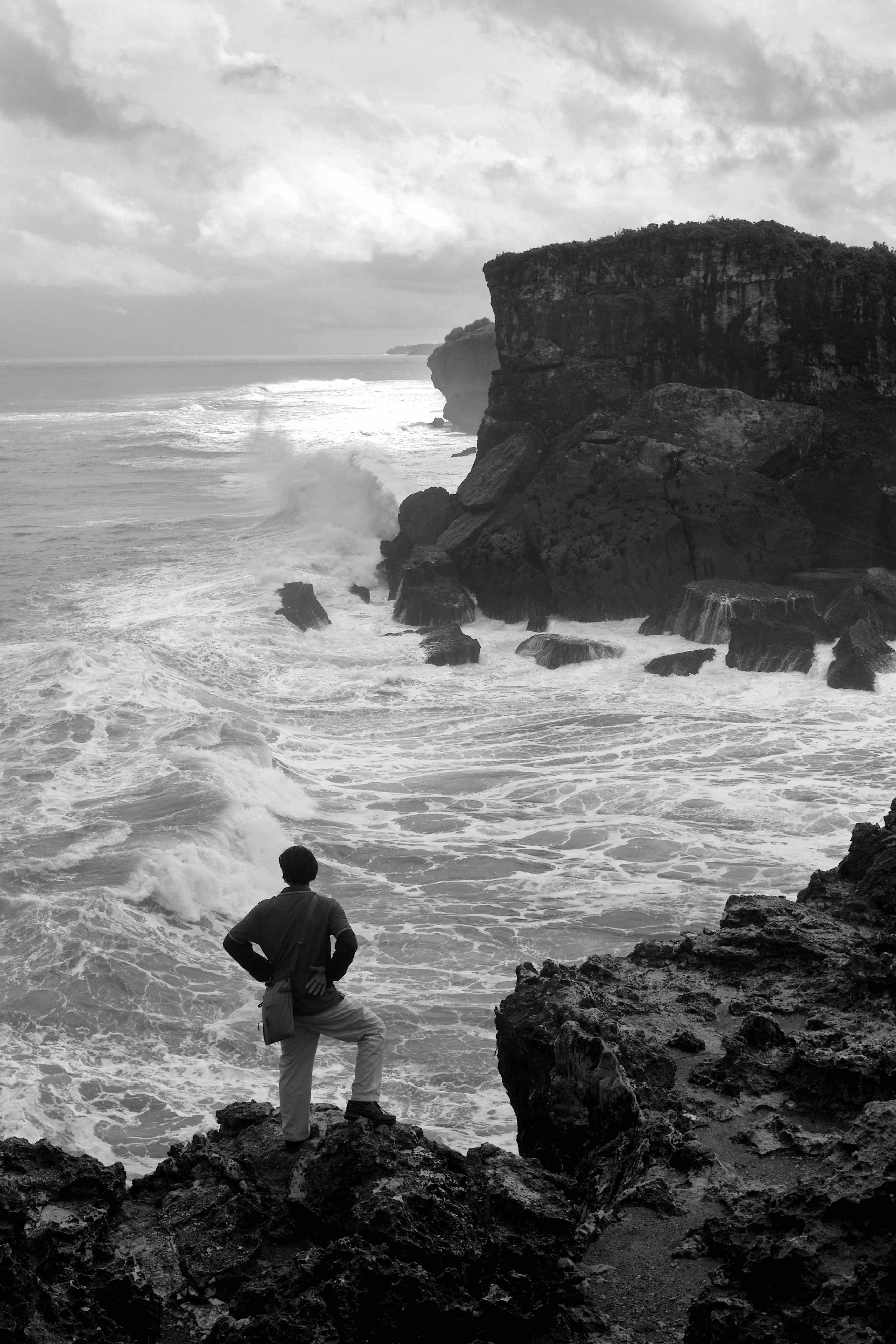 Fotó: Bartis Attila: Férfi az óceán felett, Krakal, Jáva, 2016
