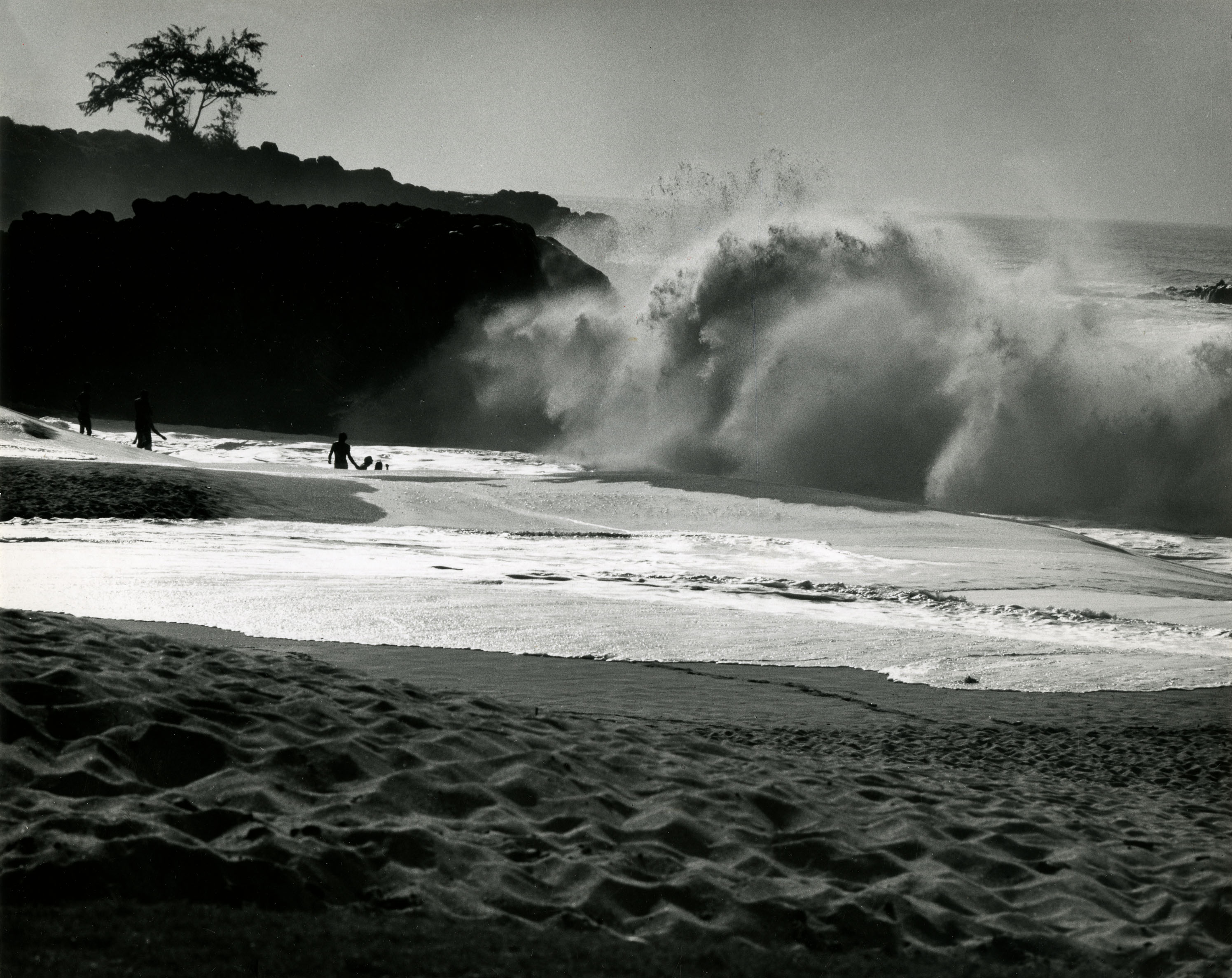 Fotó: Haár Ferenc: Haragszik a tenger, (Hawaii), 1960 © Magyar Fotográfiai Múzeum