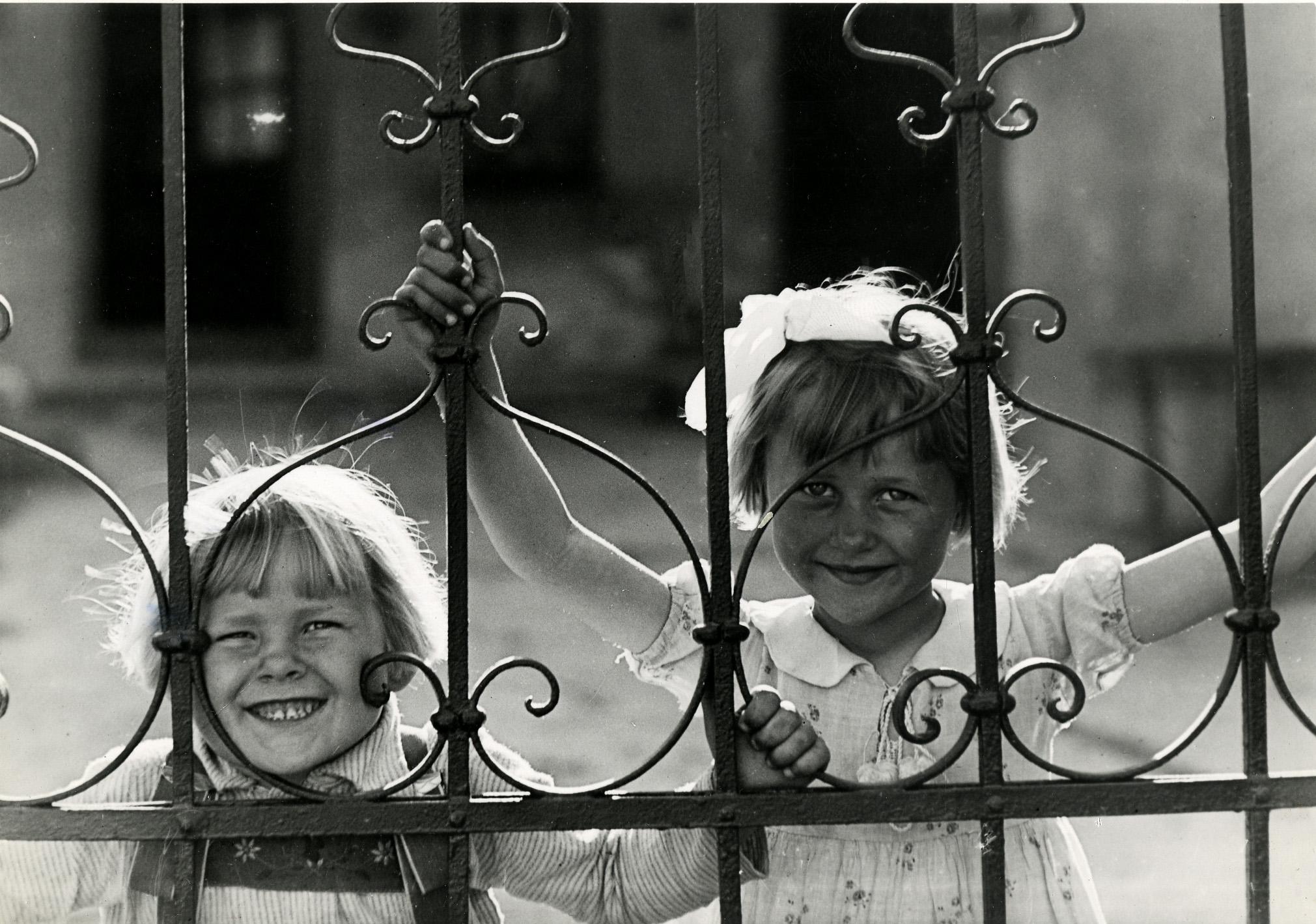 Fotó: Haller F.G.: Kislányok kerítésrács mögött, 1935 k. © Magyar Fotográfiai Múzeum