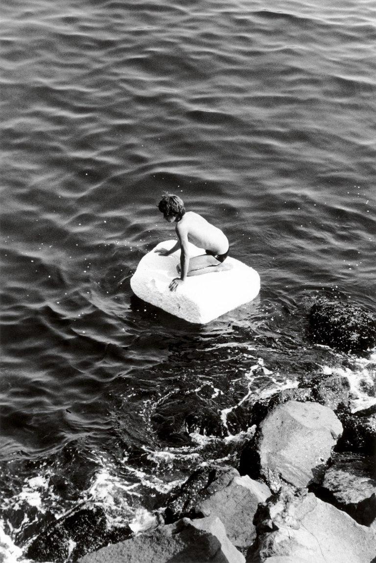Fotó: Peter Hujar: Boy on Raft, 1978 © Peter Hujar Archive / Fraenkel Gallery