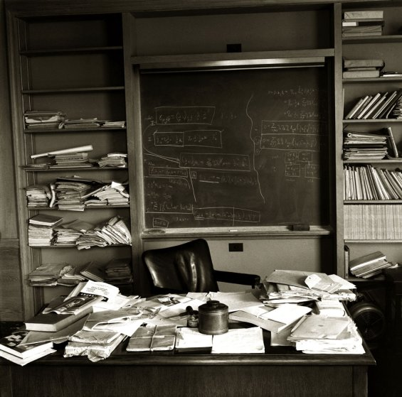 Fotó: Ralph Morse: Albert Einstein dolgozószobája, Princeton, New Jersey, 1955. április 18. © Ralph Morse/Time & Life Pictures/Getty Images