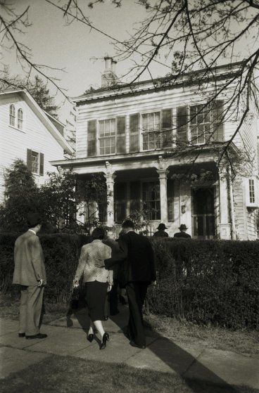 Fotó: Ralph Morse: Einstein családtagjai és rokonai megérkeznek Einstein házához, Princeton, New Jersey, 1955 © Ralph Morse/Time & Life Pictures/Getty Images