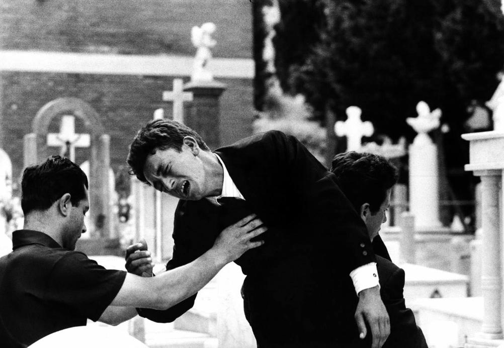 Fotó: Robert Lebeck: Temetés Palermóban, Olaszország, 1963 © Robert Lebeck