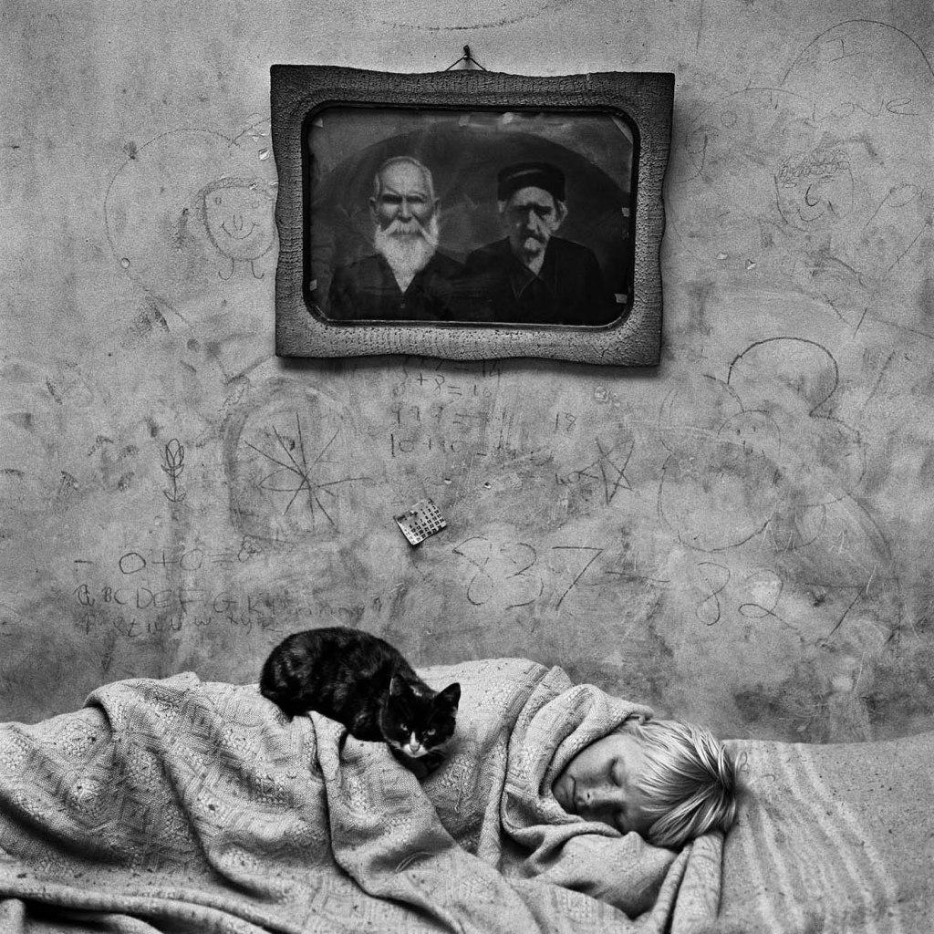Fotó: Roger Ballen: Portrait of sleeping girl, 2000 © Roger Ballen/Stills Gallery