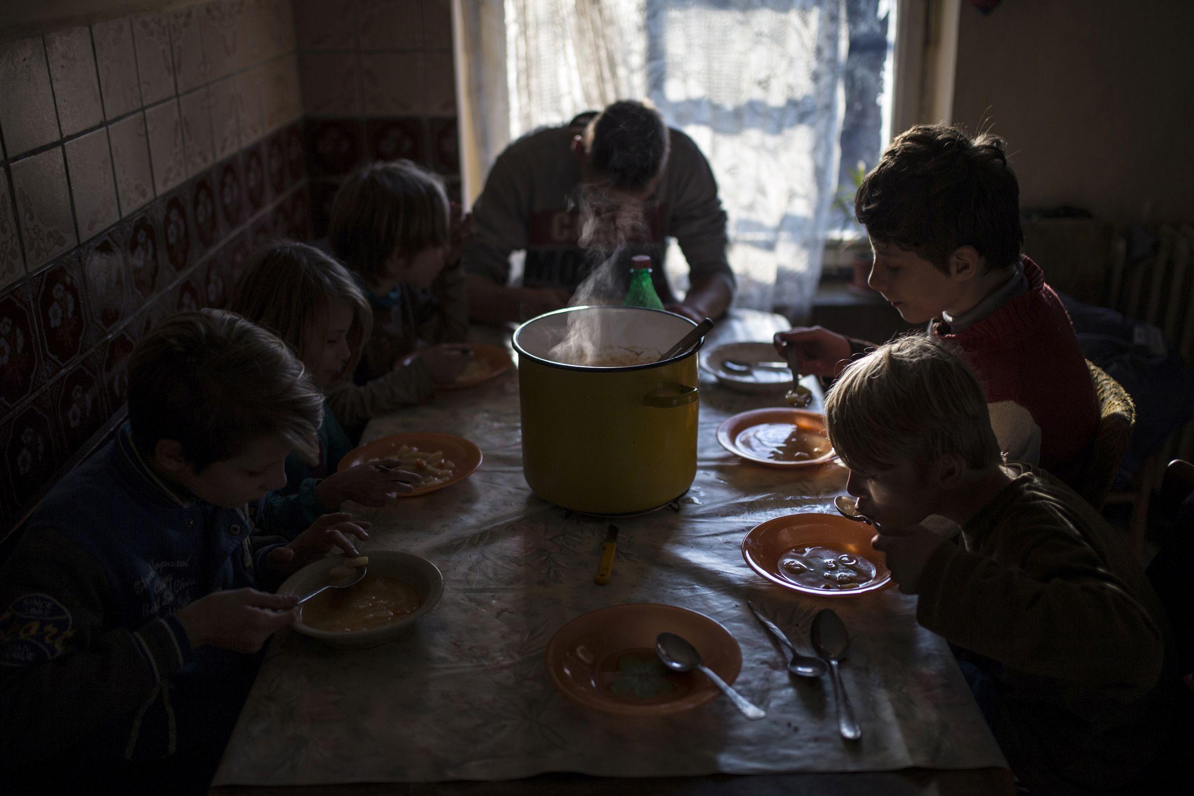Társadalomábrázolás, dokumentarista fotográfia (egyedi) <br /><br />1. díj: Móricz-Sabján Simon (Népszabadság/Világgazdaság): Ebéd<br />