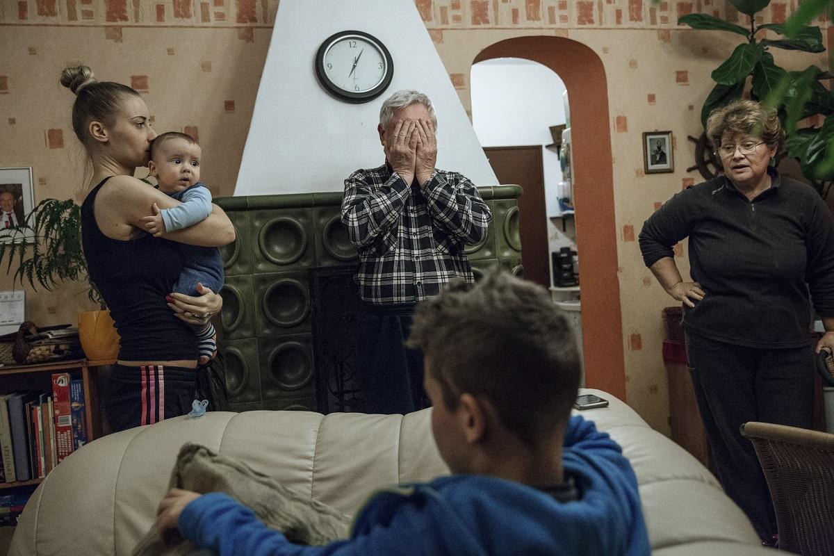 Mindennapi élet (sorozat) 1. díj<br /><br />Fotó: Ajpek Orsolya: Otthon, édes otthon. Részlet a sorozatból.<br /><br />Közös fedél alatt, különböző közösségekben éljük életünket világszerte. Ennek alapegysége a család és az ennek otthont adó családi ház. Amíg évtizedekkel ezelőtt a nagycsalád, azaz több generáció együttélése még nem számított rendkívülinek, ma ez lényegesen ritkábban fordul elő.