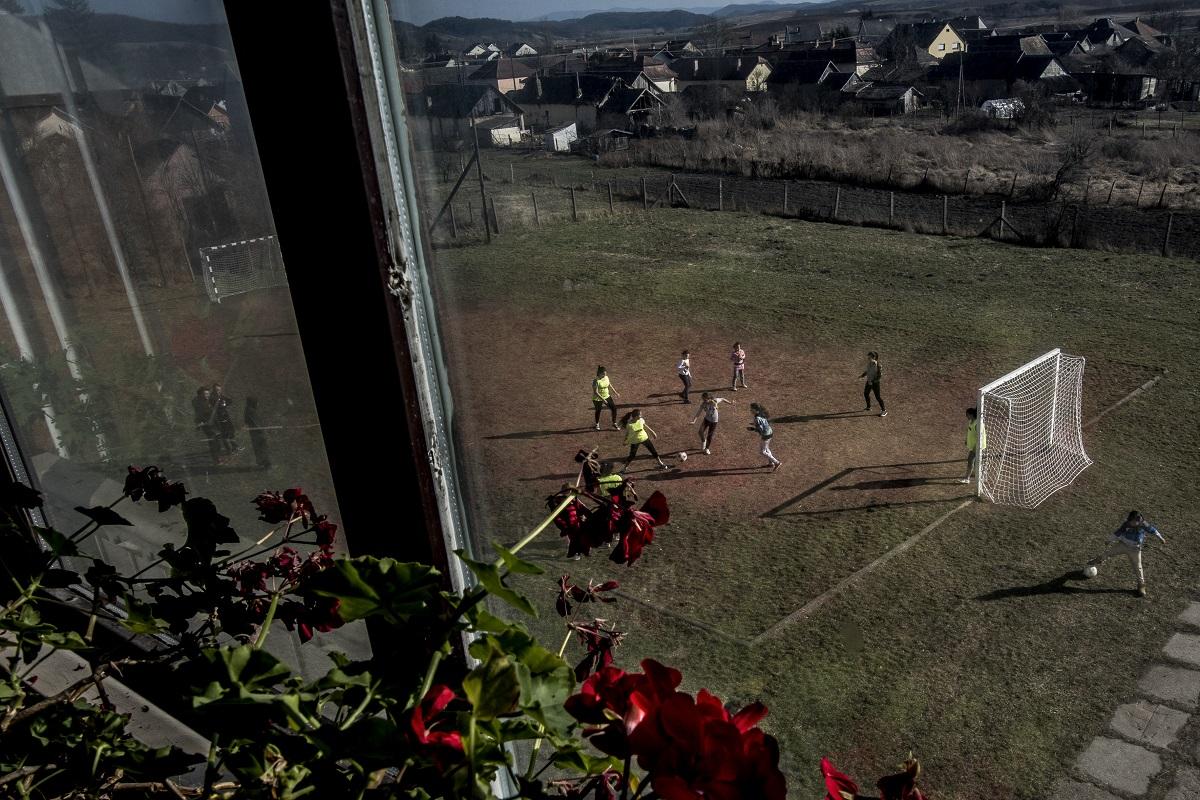 Sport sorozat 1. díj<br /><br />Fotó: Hajdú D. András: Egy krumpliszállító furgonban vittem őket az első meccsre. Részlet a sorozatból.<br /><br />Lugosi Zoltán hat éve a diákhiteléből hozott létre a semmiből egy sportegyesületet. Mindezt egy olyan térségben, ahol akkor még egy focilabdát megvenni is nagy dolognak számított. Budapesti élete mellett hetente kétszer-háromszor is Salgótarjába utazott, hogy a focit szinte ösztönből művelő hátrányos helyzetű gyerekeket edzze.<br /><br />
