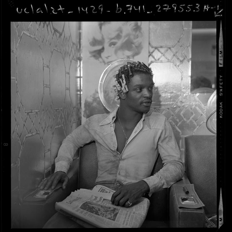 Fotó: Az afroamerikai ütőhangszeres Alvin Taylor egy fodrászszalonban daueroltat, 1974  © UCLA Library/Los Angeles Times