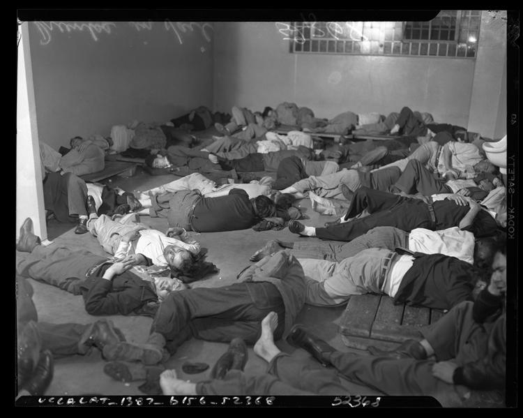 Fotó: Letartóztatott részegek alszanak a rendőrségi fogdában, 1950. karácsony © UCLA Library/Los Angeles Times