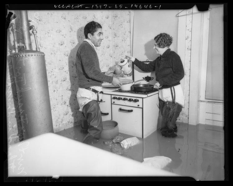 Fotó: Házaspár az elárasztott otthonuk konyhájában, 1937 © UCLA Library/Los Angeles Times