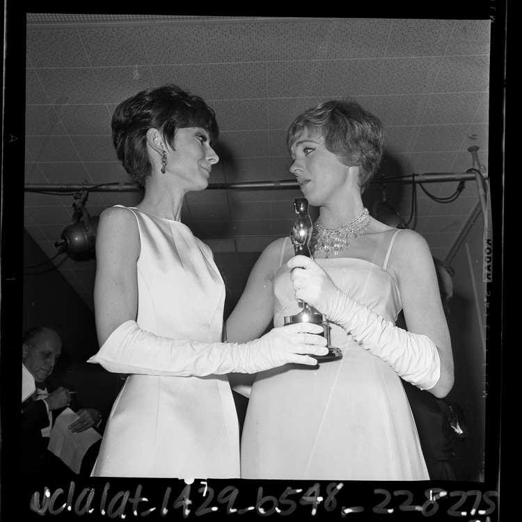 Fotó: Audrey Hepburn és Julie Andrews a Mary Poppinsért kapott Oscar-díjával 1965  © UCLA Library/Los Angeles Times