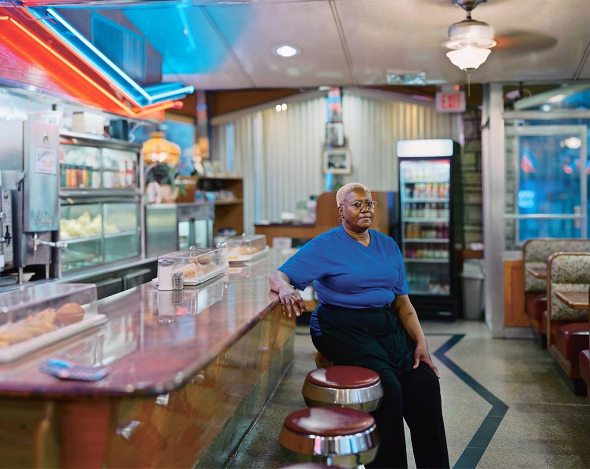 Fotó: Szatmári Gergely: Pancake Diner Waitress. Részlet a Meadowlands című sorozatból